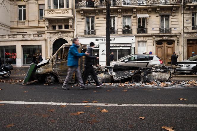 Des voitures brûlées jonchent les rues adjacentes à la place de l'Etoile, le 2 décembre àParis.