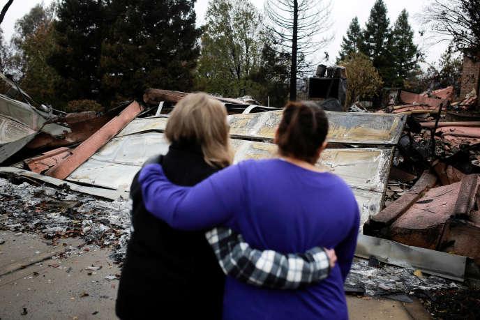 Des habitants de Paradise devant les restes de leur maison fin novembre.La plupart des habitants de la ville n'ont pas pu y retourner.