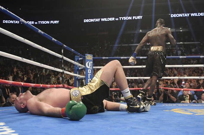 Tyson Fury est resté au sol de longues secondes après avoir reçu un enchaînement de coups de Deontay Wilder, lors du 12e round, mais s'est finalement relevé à la 9eseconde pour reprendre le match comme si de rien n'était.