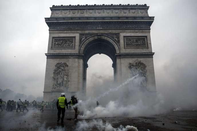 Des«gilets jaunes» affrontent les forces de l'ordre près de l'Arc de triomphe,à Paris, samedi 1er décembre.