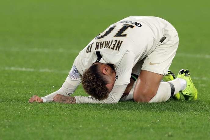 Le désarroi de Neymar qui est sorti avant l'heure de jeu en se touchant l'adducteur droit.
