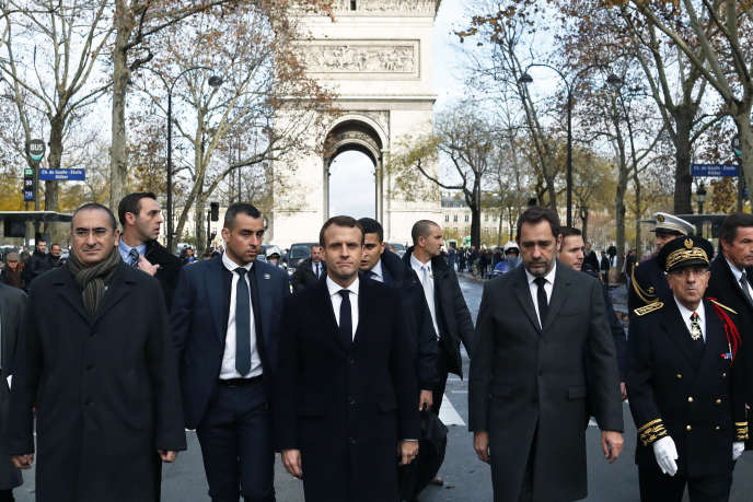 Le président de la République, Emmanuel Macron, sur l'avenue Kléber, le 2 décembre.
