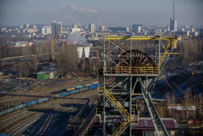 Vue sur la ville de Katowice, en Pologne, depuis la mine de Wujek, le 29 novembre.