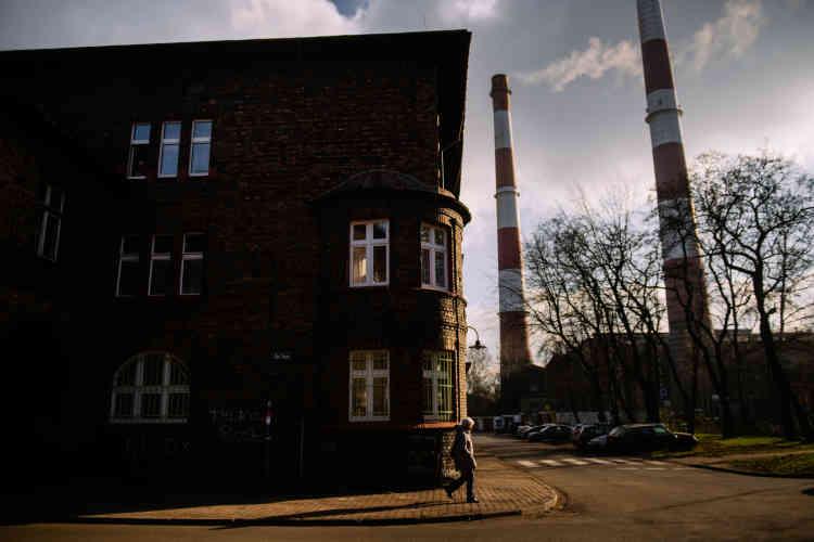 Le quartier de Nikiszowiec, où vivaient 10 000 personnes dans les années 1950,jouxte la mine et sa centrale à charbon.