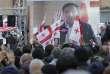 Les partisans de l'opposant Grigol Vashadze applaudissent l'ancien présidentMikheil Saakachvili.