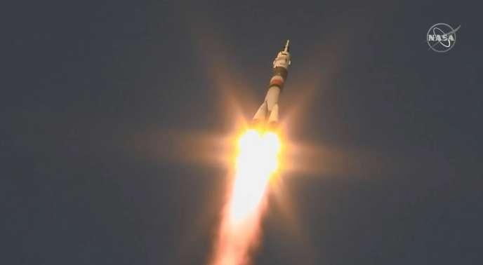 La fusée Soyouz décolle depuis le centre spatial de Baïkonour (Kazakhstan), lundi 3 décembre, avec trois membres d'équipage à son bord.
