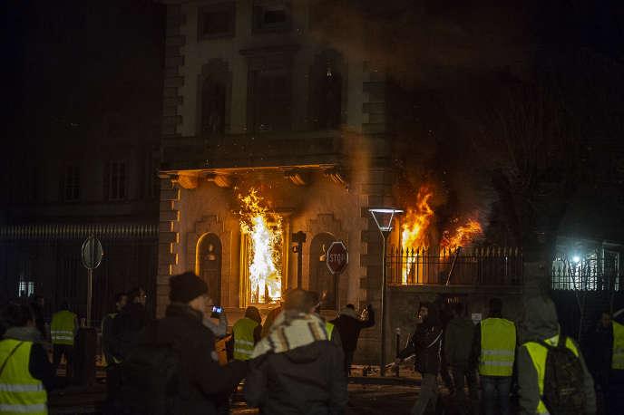 Lors de la manifestation des «gilets jaunes», la préfecture de Haute-Loire a été incendiée au Puy-en-Velay, le 1er décembre.