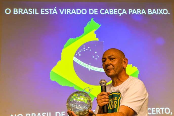 Le président de Havan, Luciano Hang, lors d'une conférence de presse pour parler de politique, en 2018, à Brusque (Brésil).