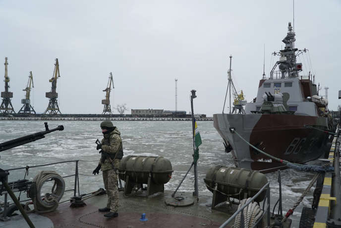 Un militaire ukrainien sur un bateau des garde-côtes au port de Marioupol, en mer d'Azov le 25 novembre.