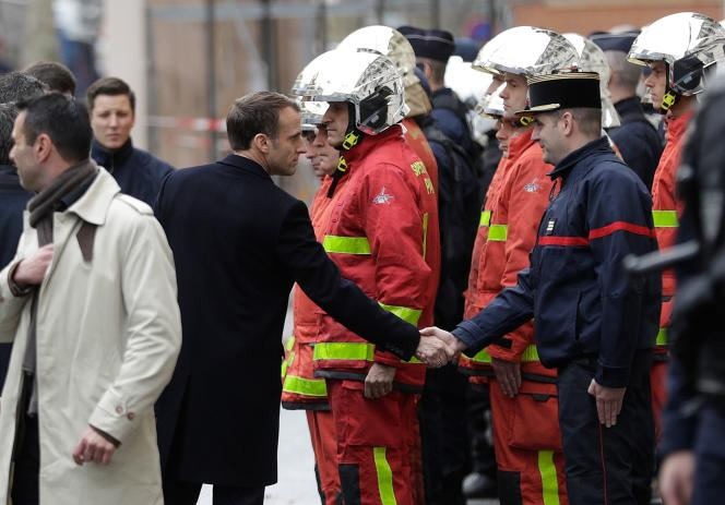 Emmanuel Macron dans unerue de Paris, le2décembre, aulendemain de la troisième mobilisation des« gilets jaunes ».