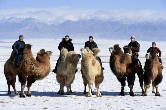 Mélanie Doutey et Frédéric Lopez chez une famille d'éleveurs de chameaux de Bactriane, dans les montagnes de l'Altaï, face au grand désert de Gobi, à l'ouest de la Mongolie