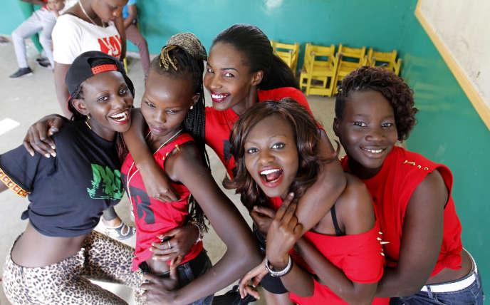 A Nairobi, en décembre 2014, opération de sensibilisation avec des jeunes apprenties mannequins kényanes contre les grossesses précoces et les risques sexuels que les adolescentes encourent.