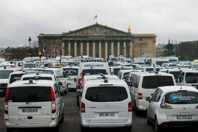 Des ambulances bloquent le trafic près de l'Assemblée nationale, à Paris, le3décembre.