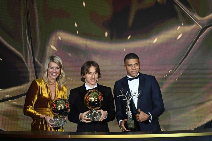 Ada Hegerber et Luka Modric reçoivent le Ballon d'or 2018.