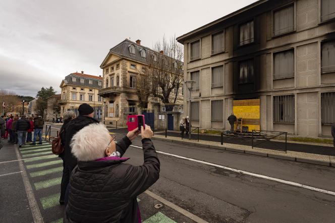 Nombreux sont les habitants du Puy-en-Velay à venir constater les dégâts au lendemain de l'incendie de la préfecture, le 2 décembre.