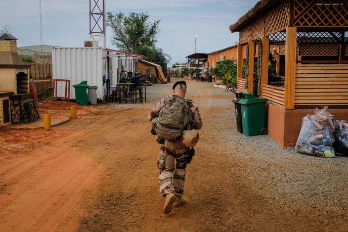 Un soldat de l'opération «Barkhane» à Niamey, la capitale du Niger, en août.