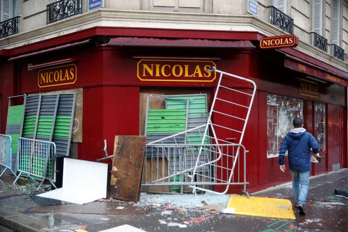 Un magasin vandalisé, à Paris, le 2 décembre.