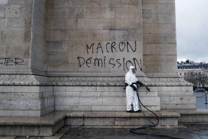 Nettoyage des graffitis sur l'Arc de triomphe, Paris.(AP Photo/Thibault Camus)
