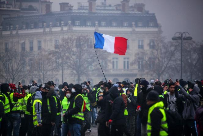 Près de l'Arc de Triomphe, à Paris, samedi 1er décembre.