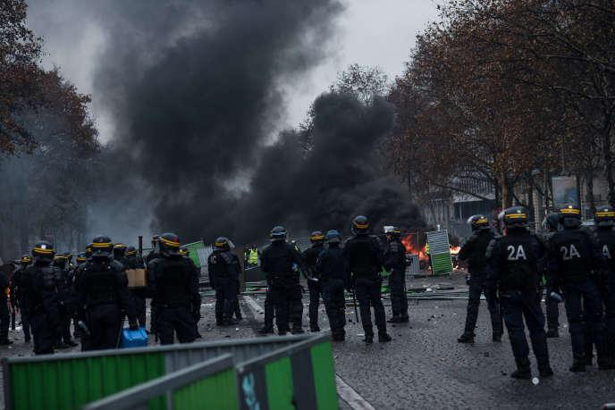 Manifestation des « gilets jaunes» autour de la place de l'Etoile, à Paris, le 1er décembre.