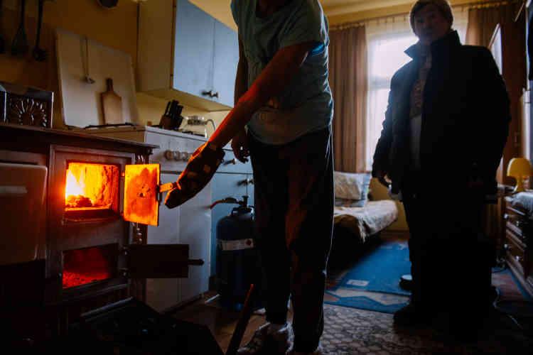 A Szopienice, comme dans de nombreuses villes et campagnes de Pologne, les habitants se chauffent avec des poêles à charbon, ce qui fait du pays celui dont l'air est le plus pollué d'Europe.
