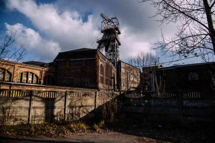 La mine de Wieczorek, dans les faubourgs de Katowice,ouverte en 1826, est en cours de fermeture. Les mineurs qui y travaillaient sont amenés tous les jours dans une autre mine, en service à quelques kilomètres de là.