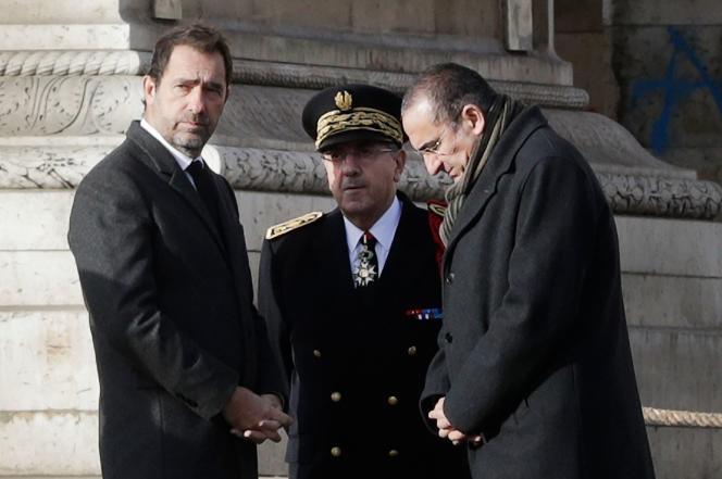 Christophe Castaner, Michel Delpuech et Laurent Nuñez attendent Emmanuel Macron devant l'Arc de triomphe, à Paris, le 2 décembre.