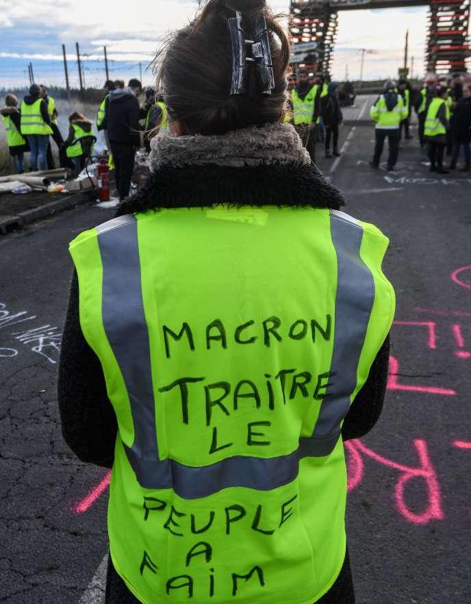 «Contrairement aux «gilets jaunes» qui ont, confusément peut-être, senti les erreurs techniques du gouvernement, l'Elysée et Matignon ne les ont pas vues« (Photo: un«gilet jaune» le 3 décembre, du côté de Frontignan).
