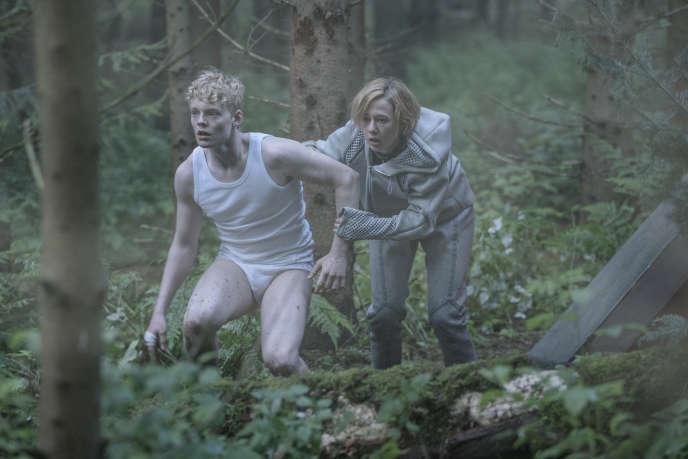 Rasmus (Lucas Lynggard Tønnesen) et Simone (Alba August).