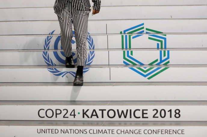 Sur les marches du Spodek, où se déroule la COP24, à Katowice (Pologne), le 4 décembre.