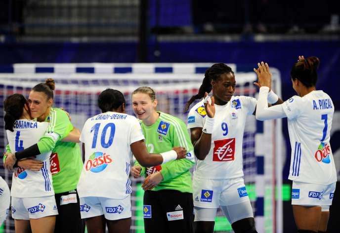 L'équipe de France féminine de handball après sa victoire contre le Monténégro.