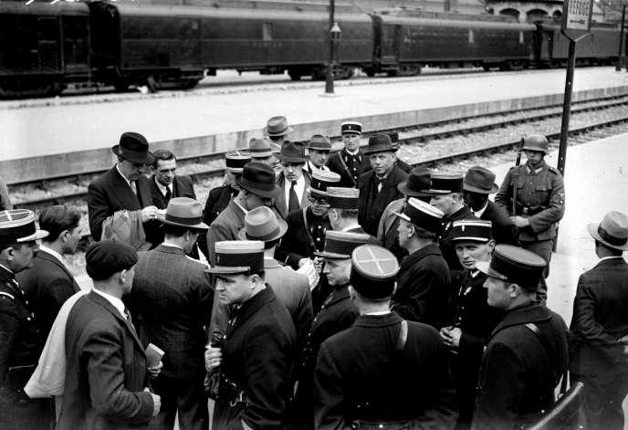 Paris, gare d'Austerlitz, mai 1941. Suite à la « rafle du billet vert », des milliers de juifs étrangers vivant en région parisienne sont arrêtés et déportés.