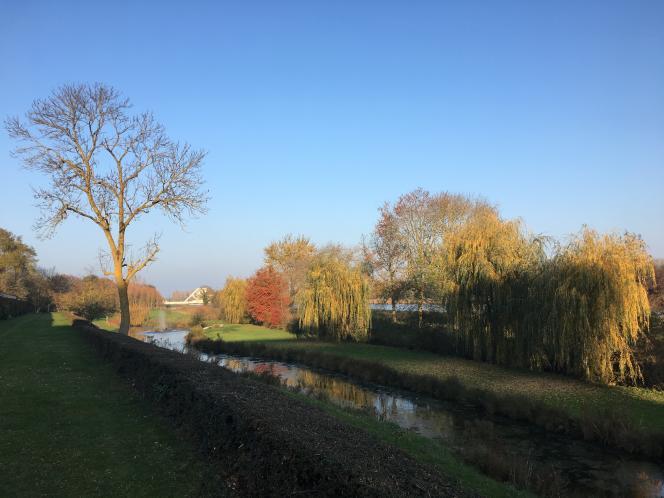 Vue du canal de Caen à la mer, doublant l'Orne, depuis une allée enherbée en contrebas de la terrasse.