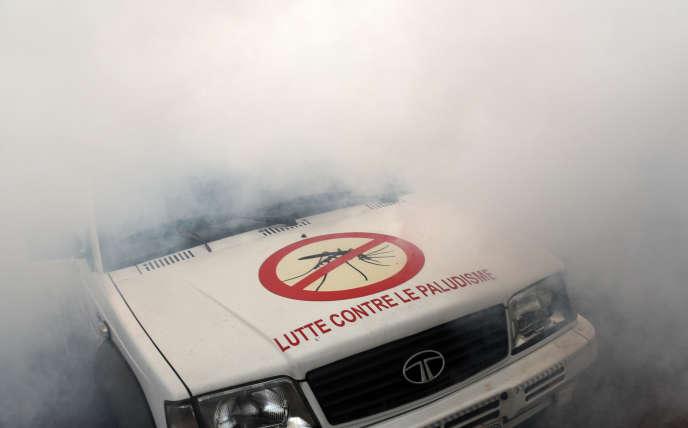 Fumigation de spray anti-moustiques à Abidjan, en Côte d'Ivoire, pour lutter contre la diffusion du virus Zika, en août 2016.