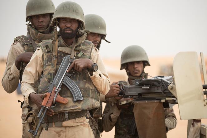 Des soldats mauritaniens montent la garde à un poste de commandement de la force conjointe du G5 Sahel, le 22 novembre 2018, dans le sud-est du pays, près de la frontière avec le Mali.