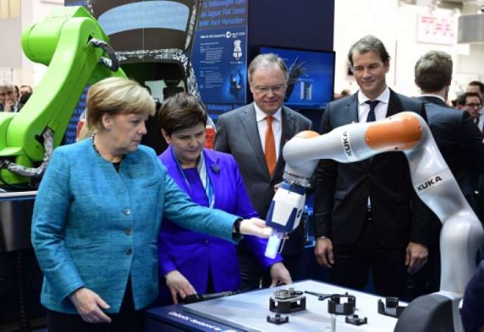 Visite d'Angela Merkel sur le stand de Kuka, en avril 2017, lors de la Foire d'Hanovre.L'annonce de l'éviction, le 26 novembre, du patron de cette entreprise, emblème de l'industrie 4.0, par son actionnaire chinois a jeté un froid.