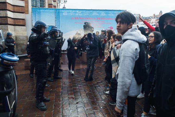 Les lycéens se joignent au mouvement des «gilets jaunes» à Toulouse et se font disperser par les forces de l'ordre, le 3 décembre.