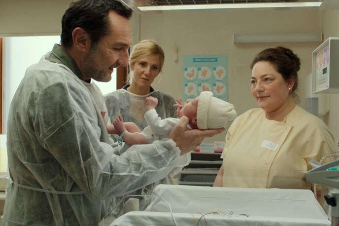 Gilles Lellouche et Sandrine Kiberlain dans le film«Pupille» de Jeanne Henry.