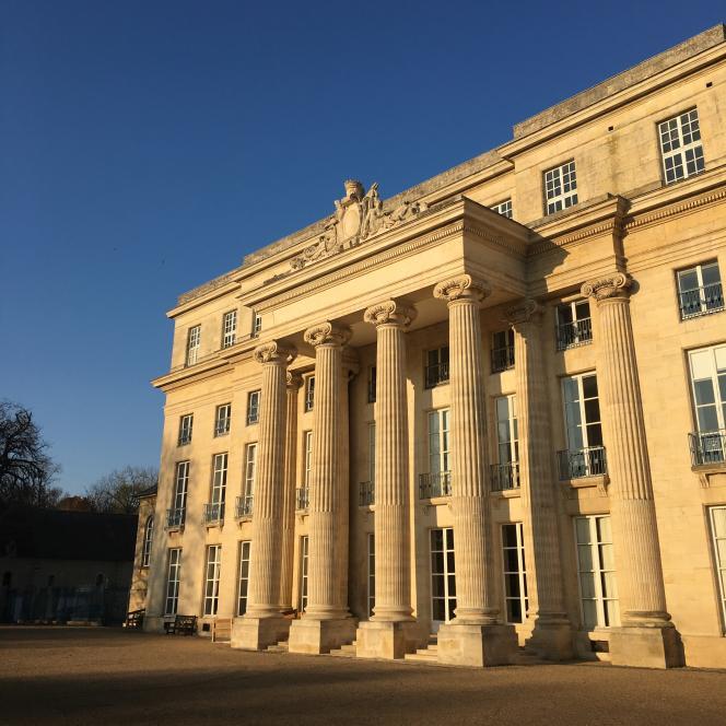 La façade du château de Bénouville (achevé en 1785), construit par l'architecte Claude Nicolas Ledoux, et qui abrite l'Institut européen des jardins et paysages.