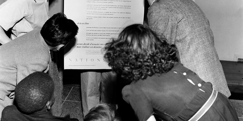 Les enfants découvrent la Déclaration Universelle des Droits de l'Homme signée à Paris le 10 septembre 1948.