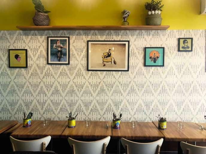 Chez Tounsia, la harissa est partout, dans les plats comme sur les tables, jonchées de boîtes de conserve jaunes reconverties en pot à couverts.