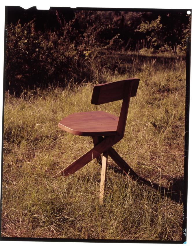 La chaise S34imaginée par le designer Pierre Chapo est minimaliste,et fait référence au mobilier traditionnel voire rustique.