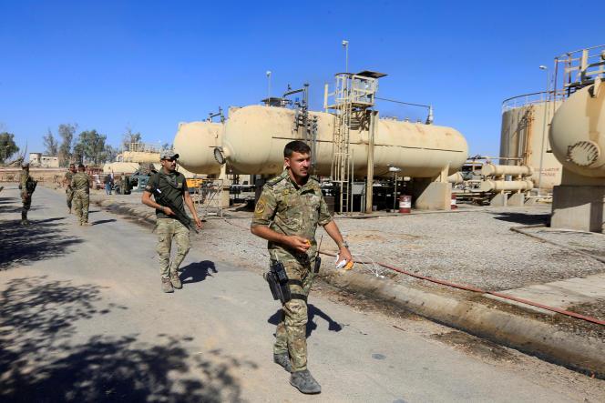 Des membres des forces irakiennes de sécurité près d'une raffinerie de pétrole dans la zone de Dibis, en banlieue de Kirkouk (Nord), en octobre 2017.
