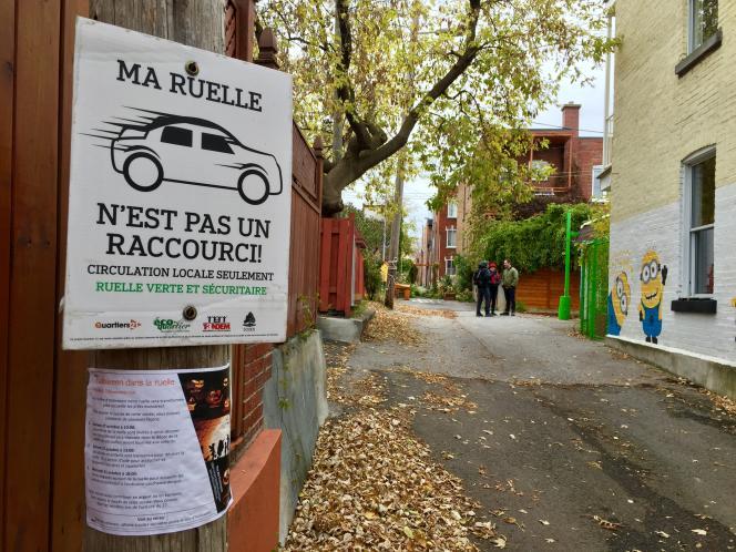 Luc Corbin et des voisins dans la «ruelle verte»située entre la 6e et la 7e avenue de l'arrondissement Rosemont-La Petite-Patrie, à Montréal. La végétalisation et la déminéralisation de la chaussée contribuent à lutter contre les îlots de chaleur pendant l'été.