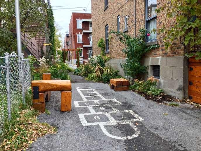 La marelle et les bancs de bois de la ruelle verte située entre les 6e et 7e avenues de l'arrondissement Rosemont-La Petite-Patrie, à Montréal.
