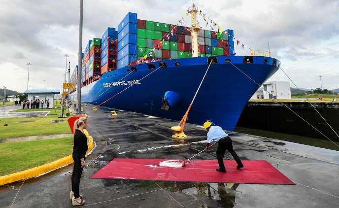 Un ouvrier du canal de Panama prépare le tapis rouge pour Xi Jinping, devant le porte-conteneur chinois« Cosco Shipping Rose», le 3 décembre.