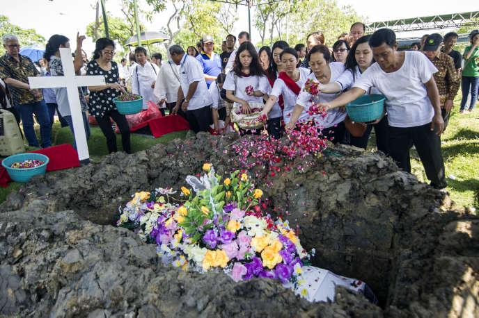 Funérailles d'une victime d'une attaque terroriste revendiquée par l'EI, à Surabaya, en Indonésie, le 16 mai.