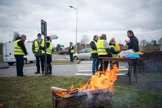 Des habitants des environs viennent témoigner leur soutien ou ravitailler en nourriture les« gilets jaunes», à Evreux, le 5 décembre.