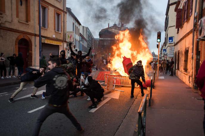 «Il est aisé de porter une cagoule lors d'une manifestation et sévir en toute impunité. Cette lâcheté doit être érigée en délit» (Photo: à Toulouse).