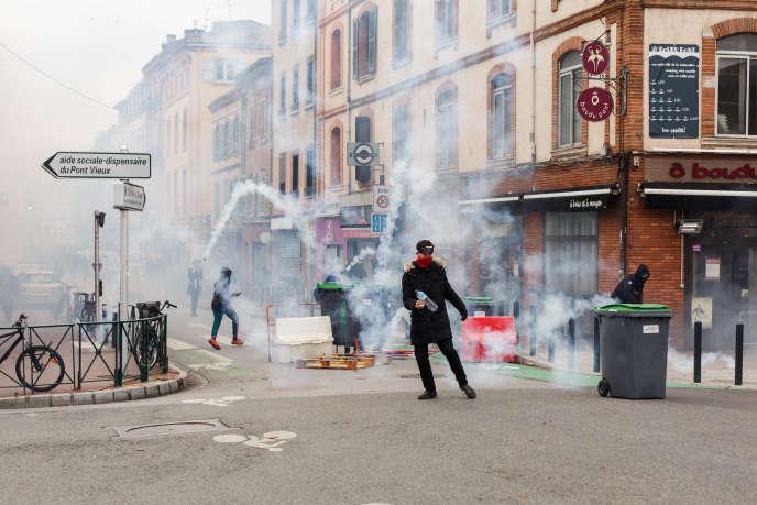 Les lycéens se joignent au mouvement des «gilets jaunes» à Toulouse et manifestent contre les dysfonctionnements de Parcoursup et les réformes du bac. Les forces de l'ordre tentent une dispersion du groupe sur la place Saint-Cyprien.